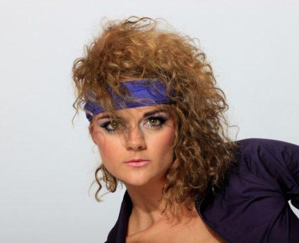 Fryzury lata 80 – czy powraca moda na te uczesania?
